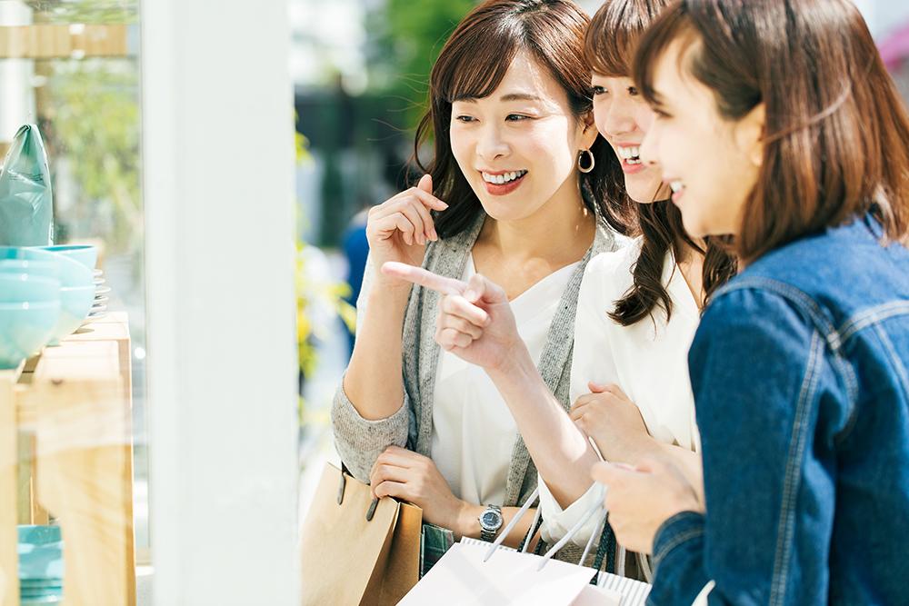 ウインドウショッピングをする女性3人組