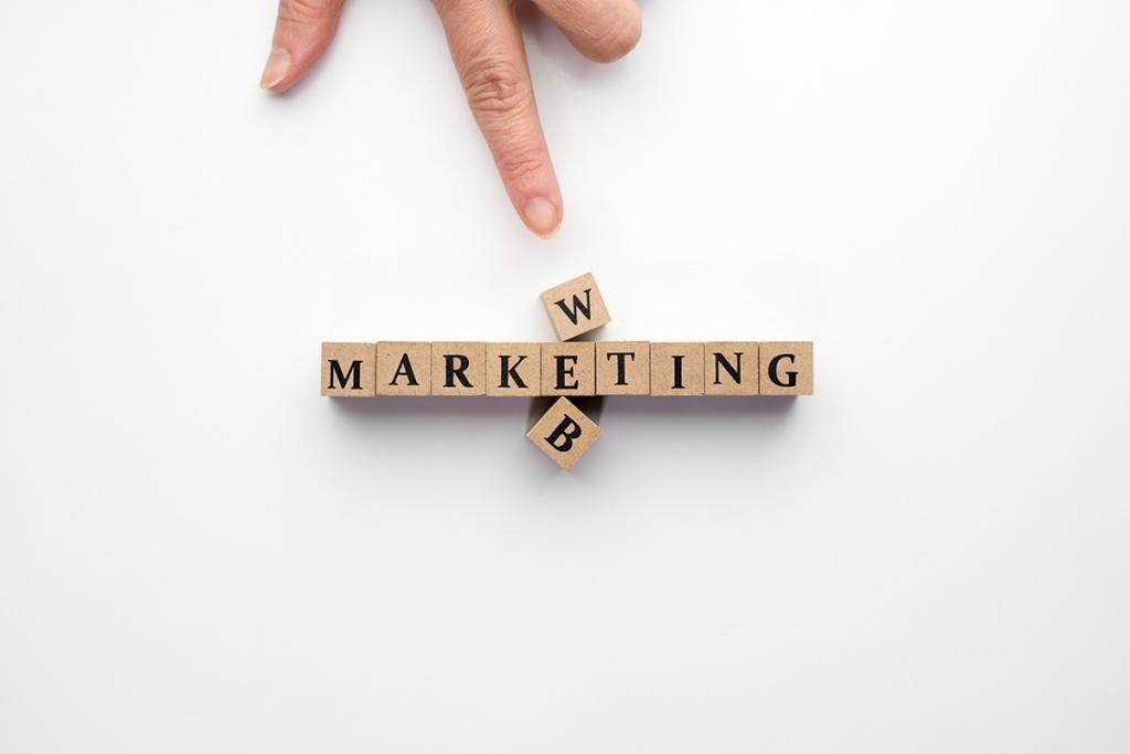 マーケティングという文字を指さすイメージ
