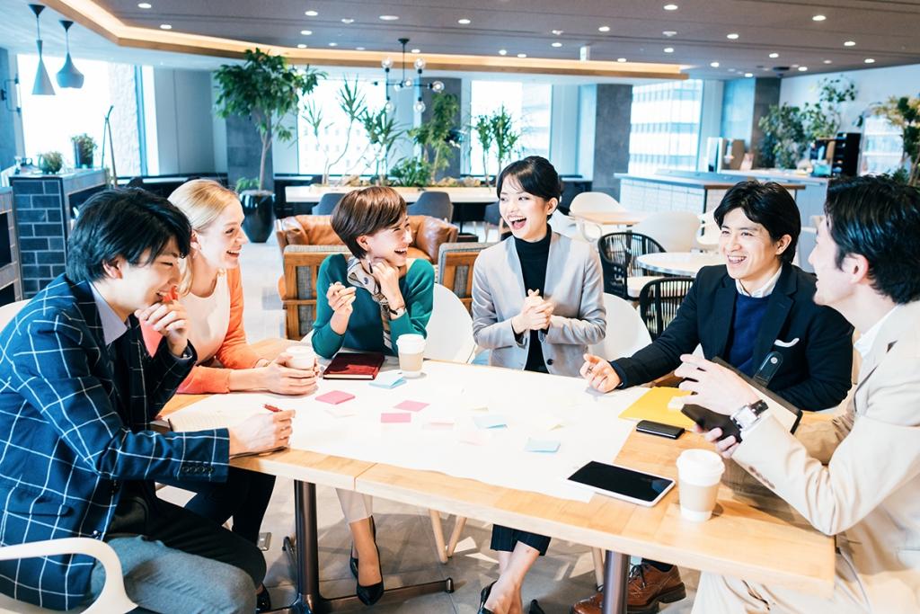 社内で和やかにミーティングする風景