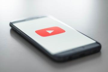 YouTubeを映したスマホ